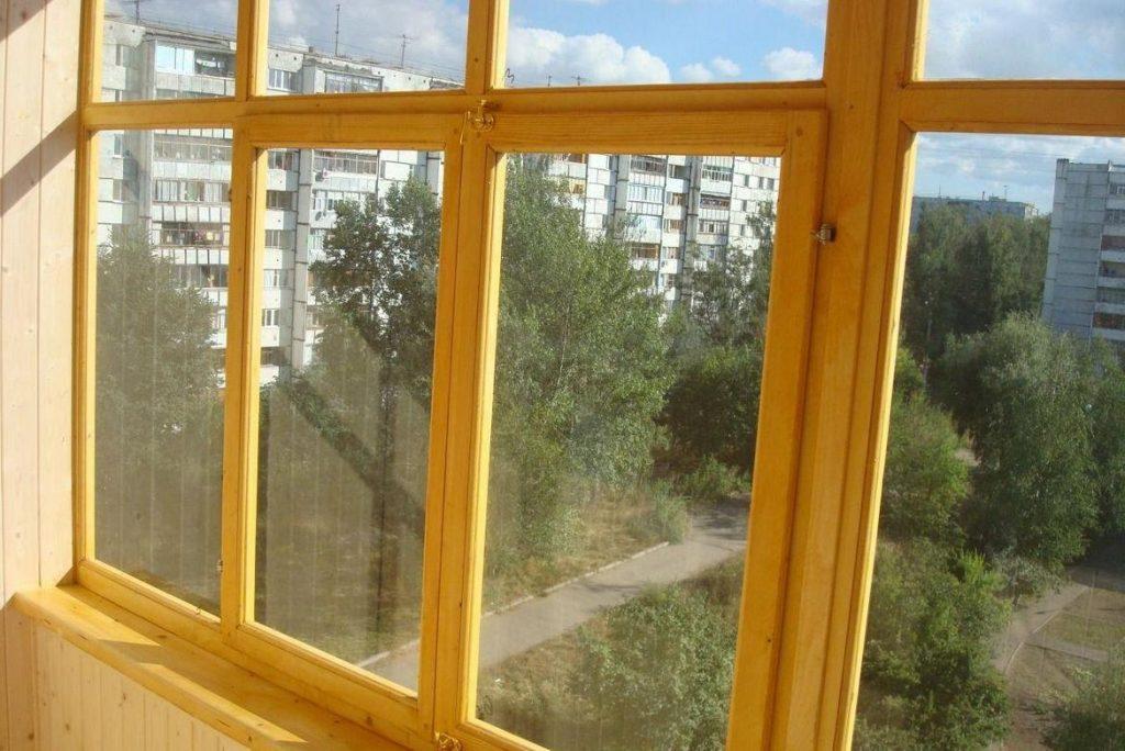 Установка на балконе деревянных рам с одним стеклом относится к холодному варианту остекления
